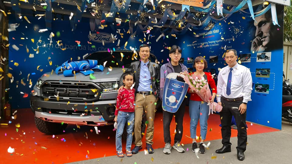 Ford Hòa Bình giao xe cho khách hàng