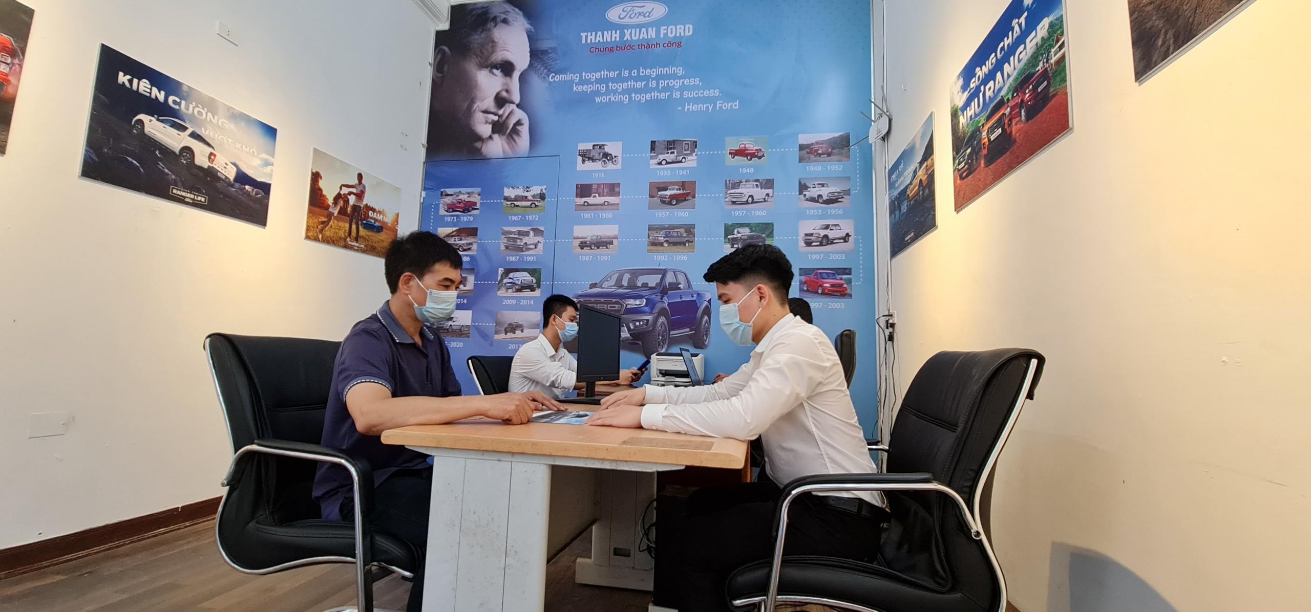 Khách hàng làm thủ tục mua xe tại Ford Hòa Bình